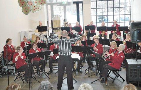 Korps og kor: Neshorna under ledelse av dirigent Kjetil Klingenberg deltar i den spesielle avslutningskonserten lørdag. (Arkivfoto)