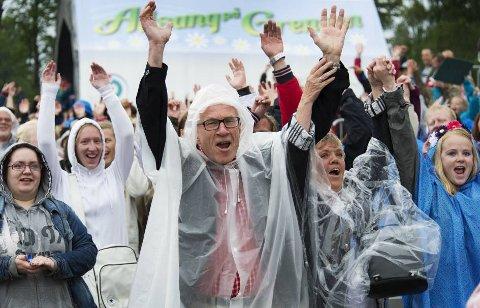 Publikum koste seg på allsangen selv i regnponcho.