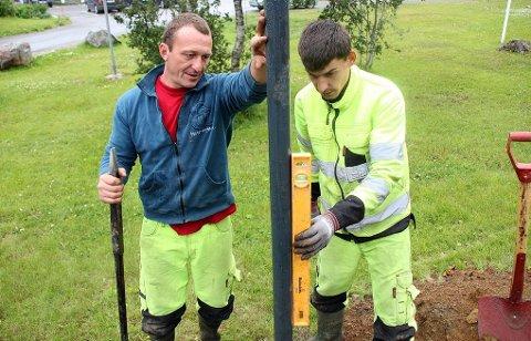 NØYE: Neculai Grigori og Florin Sitaru sørger for at jobben i Tromsømarka blir gjort ordentlig. Kommunen er svært fornøyd med arbeidet.Begge foto: Ida Louise Rostad