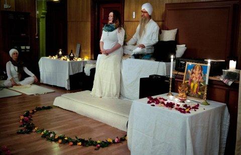 INSPIRERTE FORSAMLINGEN: Talerstol og fagforeningstaler var for anledningen byttet ut med Guru Dharam Singh Khalsa og yoga-workshop.