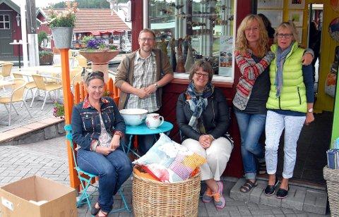 Ann-Kathrin Samuelsen, Per Ragnar Møkleby, Gry M. Grindbakken, Anette Kjellemyr og Aud Marit Engh på plass i Galleriet på Valle.