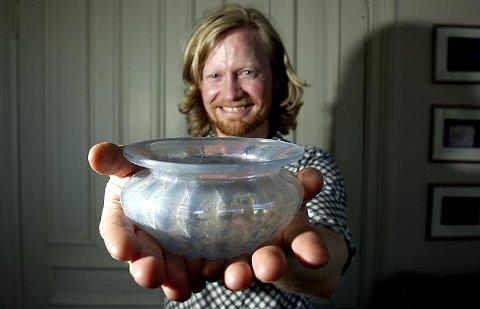 Var det du som ga denne skålen til Fretex? Den er 1900 år gammel og verd cirka 50 000 kroner. Espen Kutschera kjøpte den for en hundrelapp. Nå gir han den til Bergen Museum.