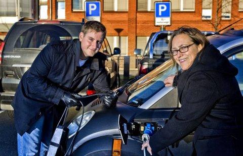 RÅDHUSET: Joakim Sveli kan parkere og lade elbilen utenfor rådhuset. Miljøvernsjef Charlotte Iversen har også etablert to plasser i nærheten av torget.