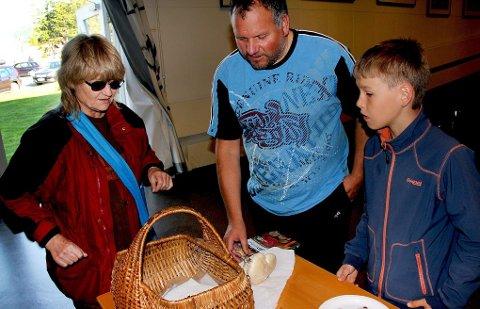 MED KURV: Ranveig Dahl får her hjelp av Bjørn-Leif Paulsen og Ludvik Bottolfsen (11) fra Tromsø soppforening.  Begge foto: Stian Saur