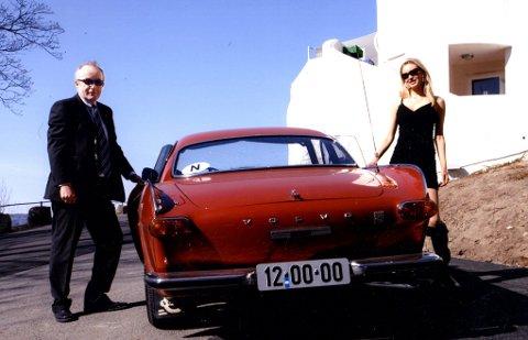 POSERER: Sammen med Miss Norway 2005, og senere nummer seks i Miss Universe, Karoline Nakken, poserer Jon Harald Nordbrekken med sin «Helgenen-bil» Volvo P1800 S foran Ekebergrestauranten i Oslo. (Foto: Hugo Lande).