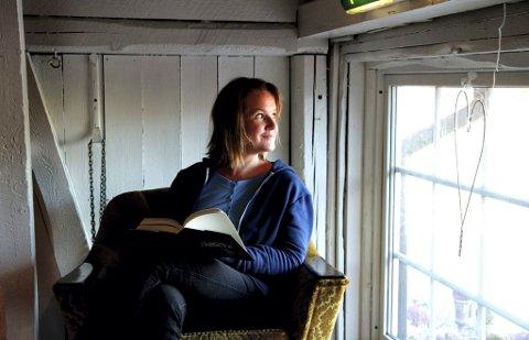 """DEBUTANT: Lise Forfang Grimnes debuterer som forfatter med romanen """"Kaoshjerte"""". Den får terningkast 5 av Romerikes Blads bokanmelder.  FOTO: ØYVIND MO LARSEN"""