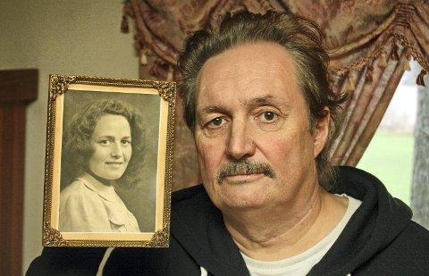 SNILL SOM MOR: Roy Vidar Bernhus med bilde av sin mor. Det henger hjemme i stua i Skjønhaugveien på Bjørkelangen. 61-åringen minnes sin mor som snill og god. Først etter at hun døde i 2000, oppsøkte han Riksarkivet for å få vite sannheten om moren. FOTO. KJELL AASUM