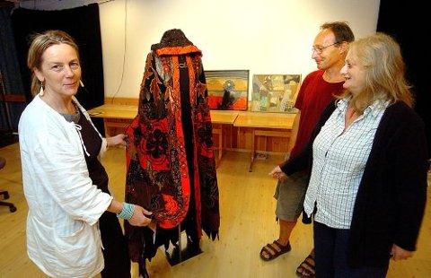 VELGER OG VRAKER: Juryen for Telemarksutstillingen brukte hele gårsdagen til å finne 60 av 275 arbeider som skal utgjøre utstillingen høsten 2006.