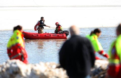 ALT HÅP UTE: Redningsmannskapene søkte i Nitelva der hvor gutten skal ha havnet i vannet, men søket var resultatløst. I dag fortsetter søket.FOTO: LISBETH ANDRESEN