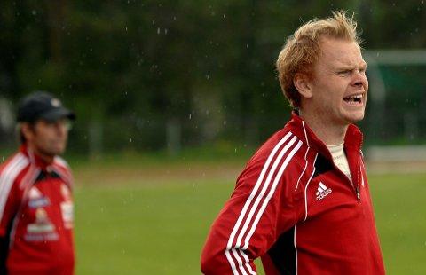 Fortsetter: Ole Kristian Sagbakken fortsetter som Tynset-trener. Til venstre skimtes oppmann Bjørn Hermann Røe. FOTO: ARNE INGE NÆSS