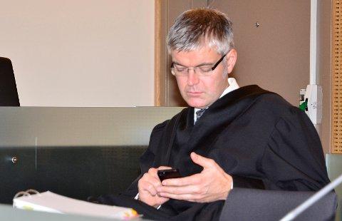 Advokat Øyvind Bergøy Pedersen mener blant annet at mobilsamtaler gir holdepunkter for at narkotikaen kom til Mo på et helt annet tidspunkt enn da tiltalte var her.