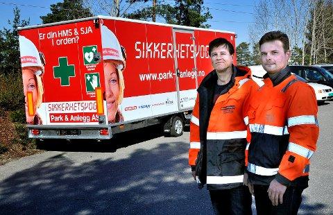 Først i landet: Sigbjørn Rød (t.h.) og Simen Larssen viser fram den nye sikkerhetsvogna til Park & Anlegg. foto: jarl morten andersen