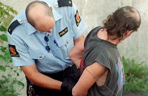 Tekst til bilde nr 20040619-005: Når politiet pågriper noen som er i besittelse av narkotika, vil Barneombudet at det automatisk undersøker om vedkommende har ansvar for barn. Slik vil han at politiet skal delta aktivt i å lete etter barn som kan ha problemer. (Illustrasjonsfoto: Gustav P. Jensen, Dagsavisen)             19970805     kriminalitet narkotika     heroinbeslag til 30000 på Hasle     19970806