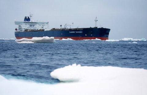 TRAFIKKEN ØKER: Skipstrafikken i Arktis vokser. Den isforsterkede supertankeren «Vladimir Tikhonov» seilte i fjor fra Murmansk til Asia med og er det største skipet som er brukt hittil. Foto: SCF Group Sovcomflot