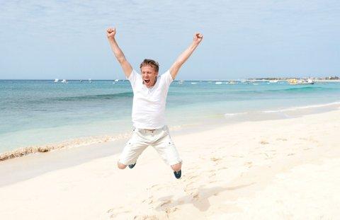Gunnar Garfors (37) frå Naustdal jublar på ei strand i øysamfunnet Kapp Verde. Med dette besøket har han vore i alle verdas land.