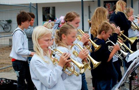 Norcem Pike- og Guttekorps har deltatt på Nordsjøfestivalen i Danmark i sommer. Det var både musikalsk inspirerende og hyggelig sosialt å bli bedre kjent og ha det moro sammen. Her ser vi kornettrekka med fra venstre: Rakel Solli, Frida Klingberg og Frøydis Nåvik Grønlund i bakgrunnen.