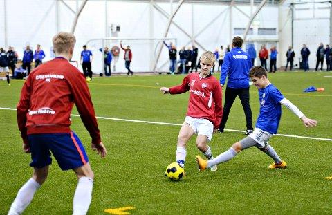 Martin Henden Høvik (i midten), Tobias Larsen Lysø og andre utvalgte spillere fikk trene med Solskjær.