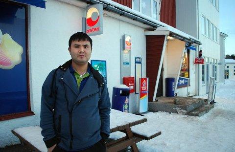 Bedriftseier. På kort tid gikk Amir Rajabi fra å være nykommer til å drifte eget firma og ha ansvar for post-i-butikk-tjenesten på Hamarøy. Det hadde ikke gått uten all støtten jeg har fått, sider han.