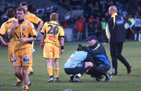 En omsorgsfull trener trøster keeper Tor Egil Horn etter cupfinaletapet