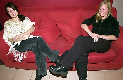 Cathrine Rafaelsen (17) og Ragna Urnes Fagerheim (16) er to av 1.606 norske ungdommer som skriver dikt på skrivestua.no. Foto: Mariell Tverrå Løkås
