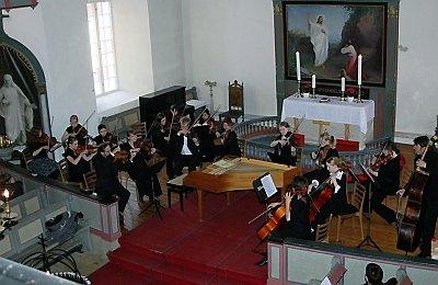 BEGEISTRET PUBLIKUM: Helgeland Sinfonietta begeistret publikum i Brønnøy kirke søndag. Neste vår kommer orkesteret tilbake til en nyrestaurert kirke.(Bilder: Kjell Inge Fosdahl)