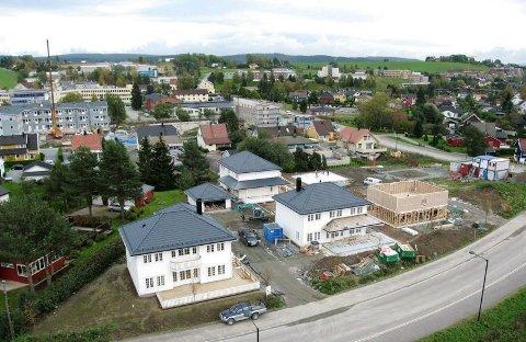 OMRÅDET PÅ KJELLER: Byggingen av de sju eneboligene på Kjeller startet i våres.FOTO: BALLONGFOTO