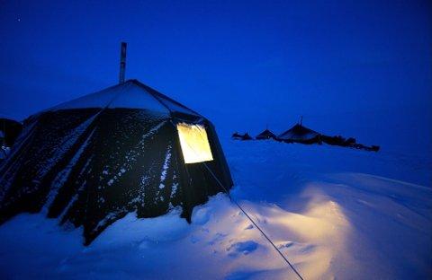 Ute synker kvikksølvet mot minus 20. Inne sørger parafinbrenneren for at det er varmt og godt.
