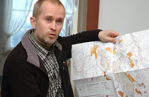 Harald Baardseth i naturvernforbundet i Buskerud sier fyllingen til ordfører Olav Skinnes inneholder forskjellig avfall dumpet over flere tiår.