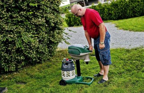 LÅNTE BORT HAGEN: Ivar Lofthus ville fjerne så mange mygg som mulig.