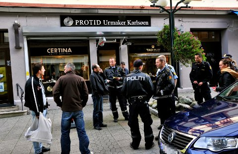 MYE POLITI: Det var stort politioppbud utenfor Urmaker Karlsøen etter ranet.