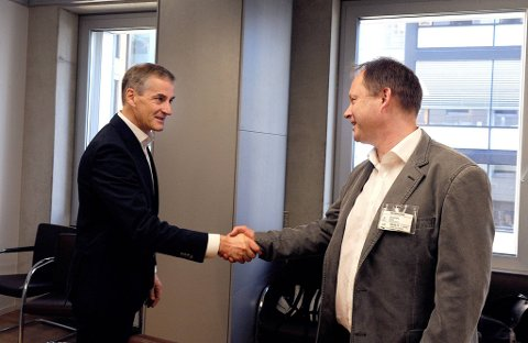 Helseminister Jonas Gahr Støre møtte torsdag helsetjenesteaksjonen. Her hilser han på Rune Heggedal.
