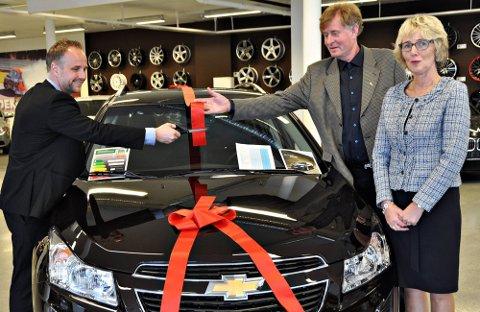 NY bilbutikk: Importørens representant, Stig Frydenberg fikk æren av å åpne den nye bilforretningen til Nils Anton og Torill Mørk på Knapstad.