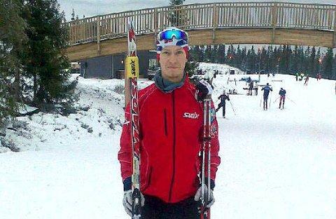 Emil Storjord Vilhelmsen forbereder seg til NM med trening på Sjusjøen ved Lillehammer. Han skal hoppe i Midtstua fredag og gå langrenn på Beitostølen lørdag.
