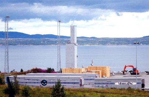 De tre containerne i forgrunnen inneholder komponentene som skal utgjøre det mobile gasskraftverket på Tjeldbergodden.
