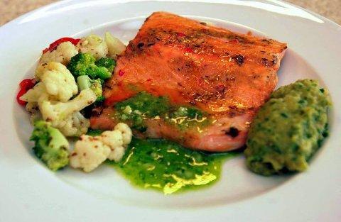 Ovnsbakt laks: Fet fisk er bra for den mentale helsa. Laks kan tilberedes på utallige måter. Her er den ovnsbakt med linsepuré og grønnsaker. Foto: Terje Pedersen, ANB