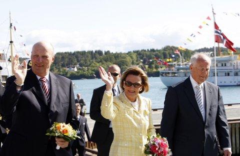 Kong Harald og dronning Sonja sammen med fylkesmann Svein Alsaker (t.h.) ved ankomst til Tysnes under første dag av kongeparets fylkestur i Hordaland tirsdag.
