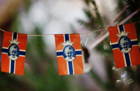 HENGER PÅ TREET: Prins Harald var bare et år gammel da han ble fotomodell på norske juletrær.