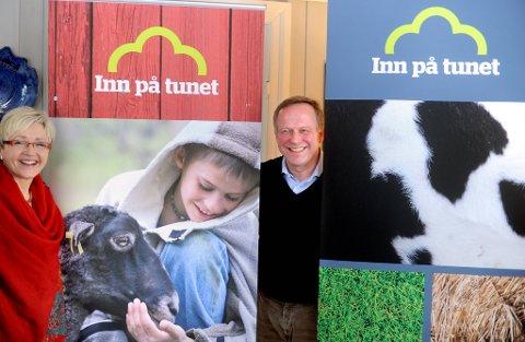 """Statsrådene Lars Peder Brekk og Liv Signe Navarsete   var begeistret når dem presenterte en ny nasjonal strategi """"Inn på tunet""""."""