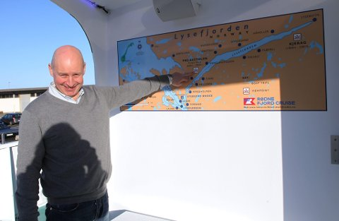Med opent dekk øverst kan turistar og reisane nyte utsikt og følgje med kor dei er på informative tavler.