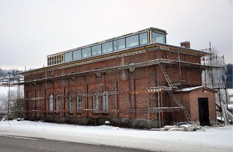 TOPPTAK: Lokstallen får et topptak med en glasskonstruksjon som gir overlys ned i hallen i andre etasje og delvis ned i første. Til venstre på oppbygget blir det rom for tekniske installasjoner.