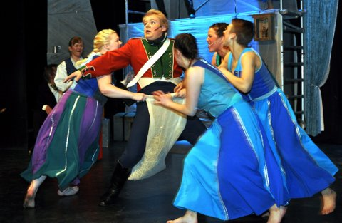 """Forestillingen """"Løytnant i det Fronske"""" hadde premiere på Vinstra torsdag."""