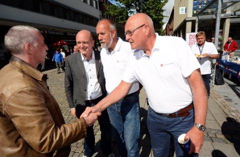 Hans Frode Asmyhr (nr. 2 fra venstre er ventet å bli Frp og Norges nye landbruksminister. Her fotografert da han tidligere i år deltok sammen med Frp-kolleger på valgkamp i Lillehammer og stilte seg bak forslaget om å legge et nytt fengsel til Lillehammer og fengselsutdanning til Høgskolen i Lillehammer.