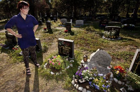 PÅ GRAVA: Mamma Lene Gustavsen med datteren Helene Kaarina (3) på graven hvor englene ble stjålet. Datteren på tre år lurer også på hvem som «er så dumme at de har stjålet englene til storebror, storesøster og lillebror».