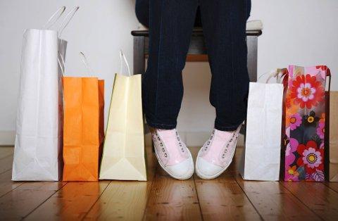 Nær 30 prosent av unge mellom 18 og 25 år har kjøpt luksusvarer de siste seks månedene. Det bekymrer forbrukerøkonom.