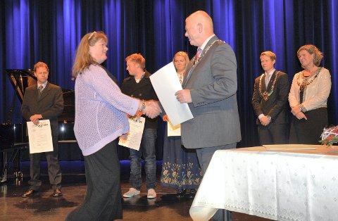 HELSEARBEIDER: Mona Anita Lien fra Jevnaker får diplom fra ordfører Knut M. Lehre.