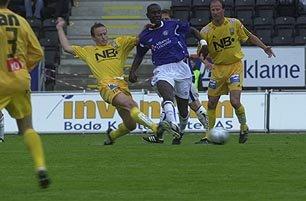 Stig Johansen, Runar Berg og de andre Glimt-spillerne ble tidevis utspilt av Mohammed Sylla og Leicester.