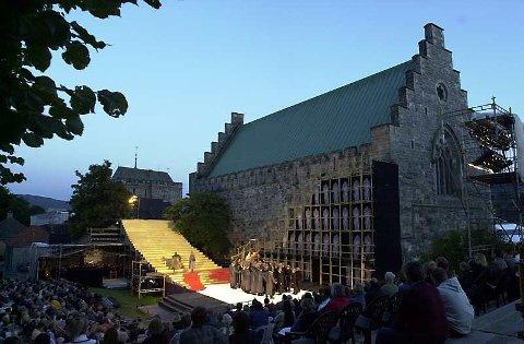 Både Håkonshallen og bergenhuys festning har fått skader etter restaureringsarbeid. Her er praktbygningene brukt som operakulisser.