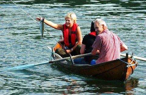 GYRO-MILLION: Finansminister Kristin Halvorsen har selv opplevd å få fisk i Vefsna. I sommer fikk hun en liten ørret da Erling Karlsen rodde fisketur med henne i sommer. Nå har hun bevilget den første millionen til gyro-behandling av elva. (Foto: Torild Wika)