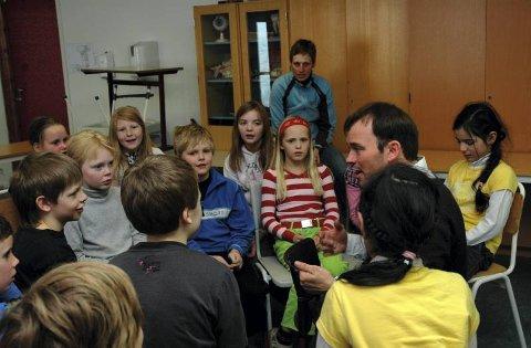 LÆRTE JOIK: Ti minutter trengte elevene i fjerde trinn ved Grua skole for å lære seg en hel joik. Instruktør Mikkel Gaup var imponert.
