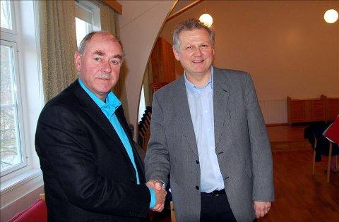 Ordfører Ole Morten Sørvik gratulerer, og Gudmund Vatn takker for tilskuddet på 1,5 millioner kroner.